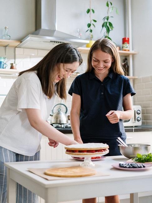 Dziewczyny robiące tort w kuchni