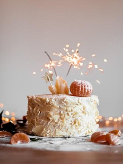 Tort z zimnym ogniem jako prezent na 25 urodziny