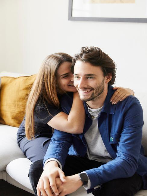 Mężczyzna i kobieta siedzą na kanapie