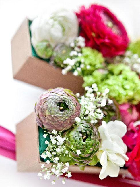litery z kwiatów jako prezent na dzień amtki