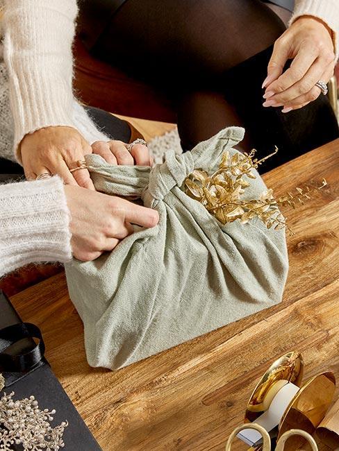 upominek opakowayn chustą metodą furoshiki
