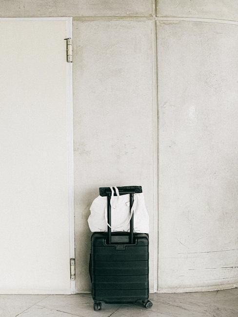 Czarna walika przy białej ścianie