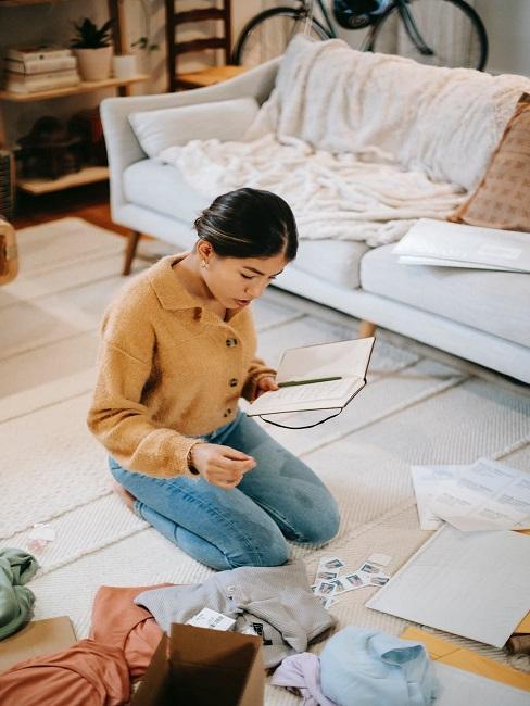 Kobieta patrzy na listę, co zabrać na wyjazd