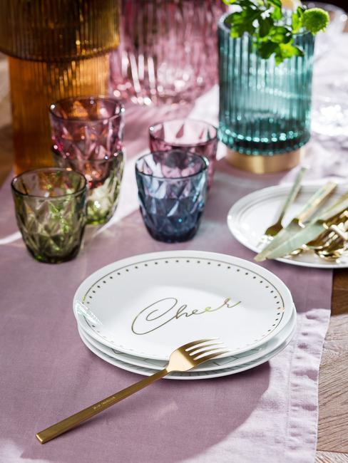 Zestaw talerzy i szklanek z kolorowego szkła