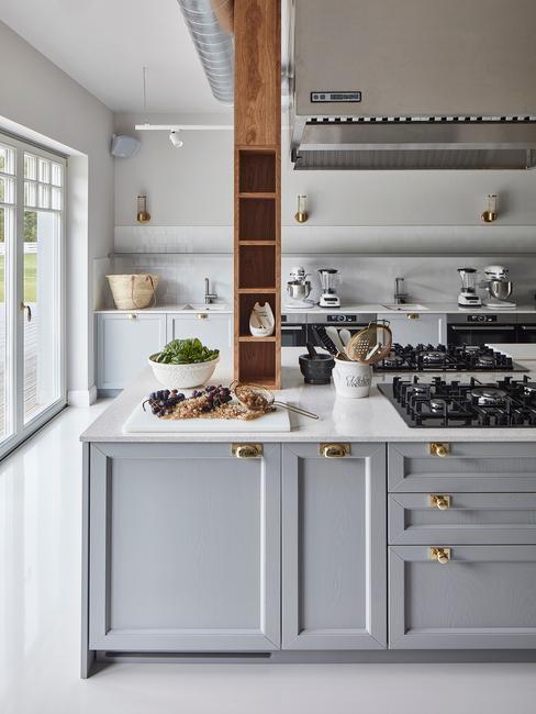 Elegancka kuchnia z szarymi meblami