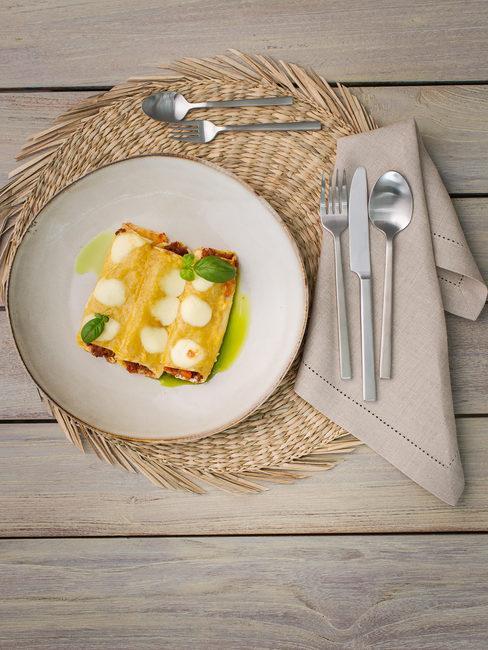 Włoskie danie na drewnianym stole