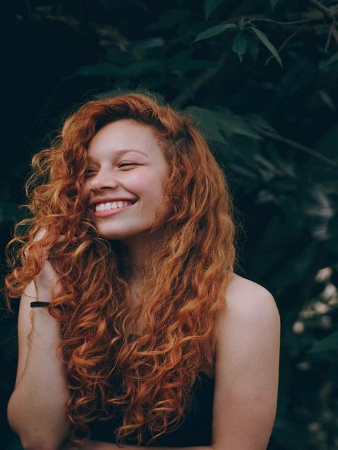 Pani z kręconymi włosami stosująca curly hair method