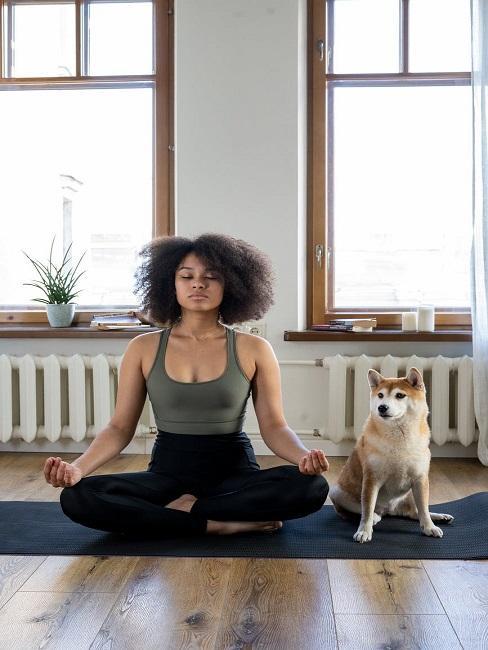 Kobieta z psem na macie