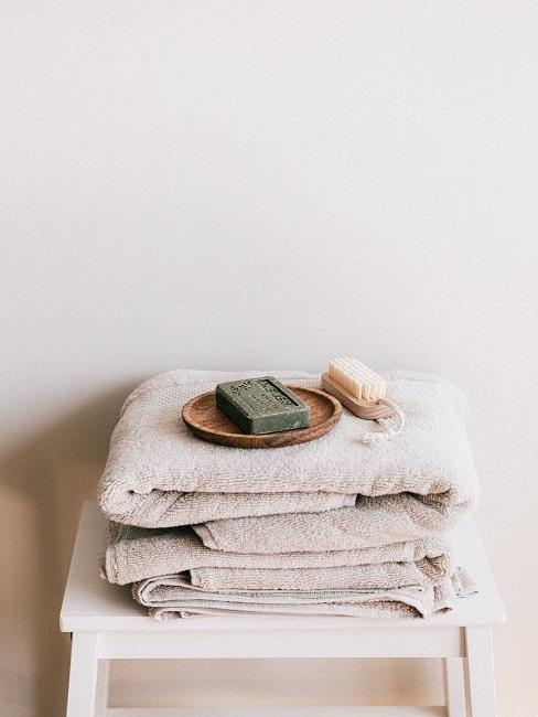 Mydło w kostce na ręcznikach
