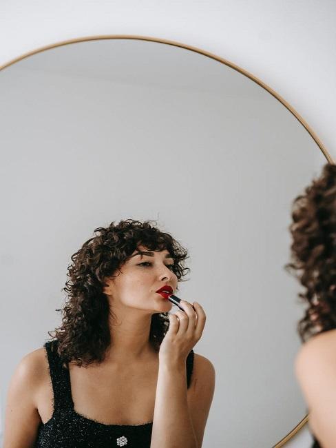 Kobieta w kręconych włosach, która stosuje curly hair method