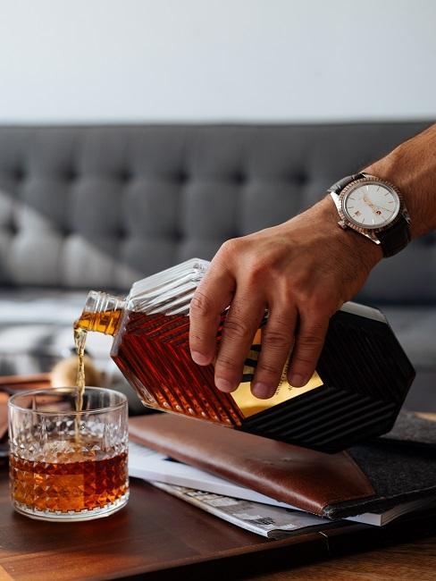 Dłoń trzymająca whisky