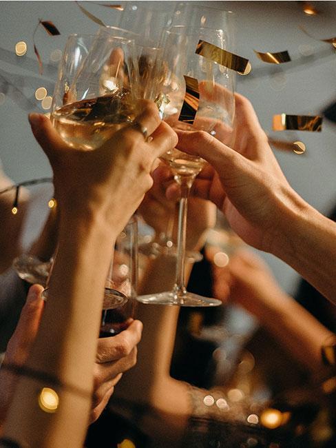 Toast urodzinowy szampanem