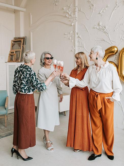 4 eleganckie kobiety świętujące 50 urodziny