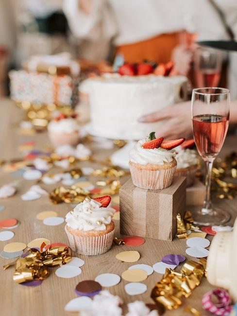 Stół z babeczkami i konfetti