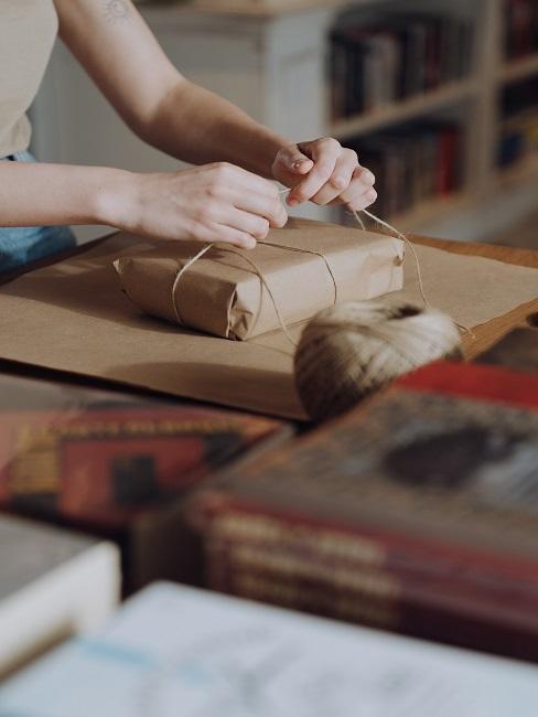 Prezent ze sznurkiem pakowany prze kobietę na 70 urodziny