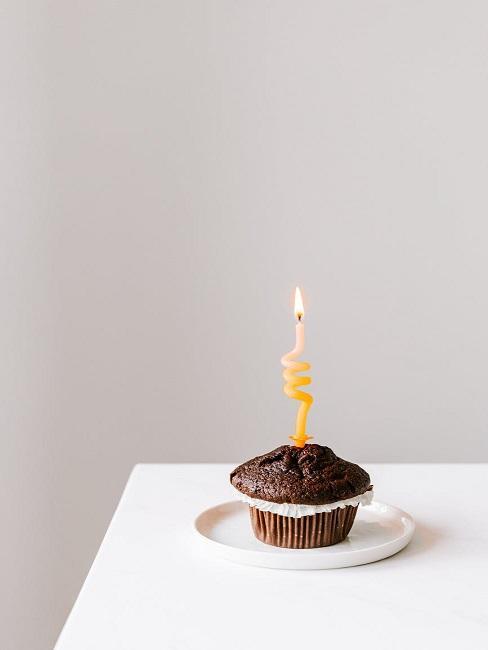 Babeczka ze świeczką jako mały prezent na 70 urodziny