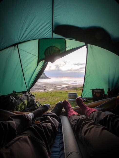 Wyjazd na weekend osoby siedzące w namiocie