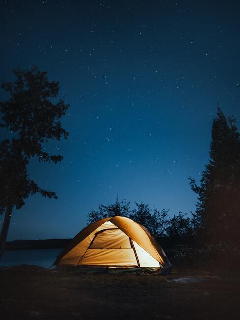 Wyjazd na weekend - rozświetlony namiot nocą