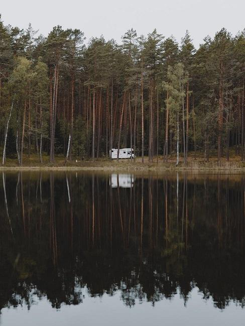 Domek nad jeziorem w lesie