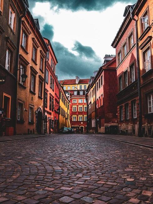 Miasto z brukowaną uliczką