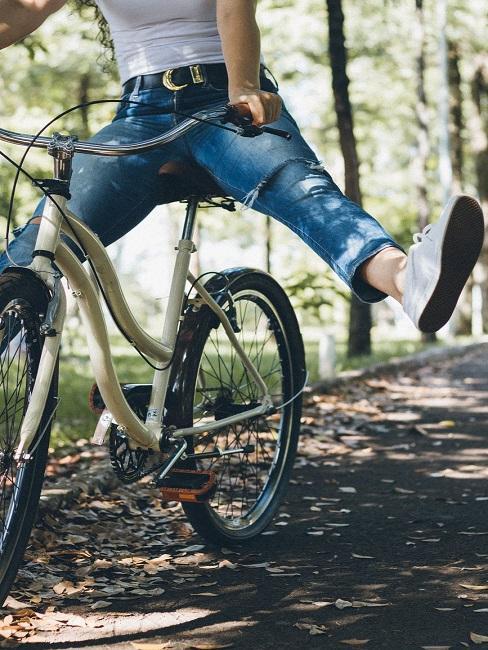 Osoba jadąca na rowerze po lesie