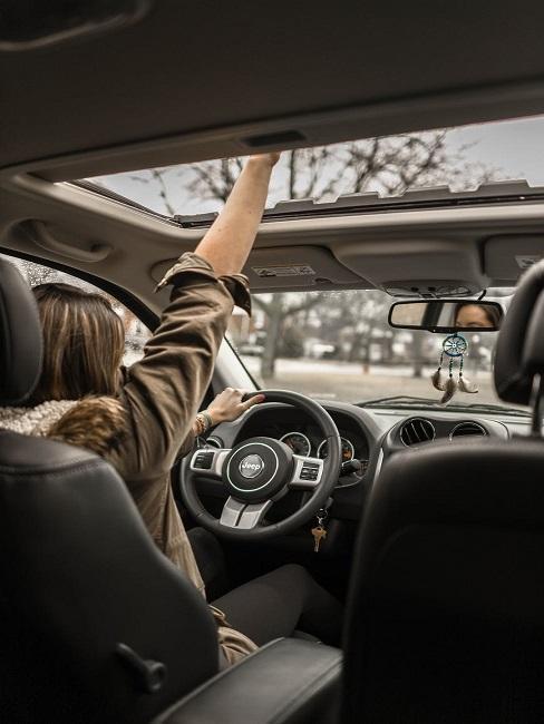 Kobieta jadąca samochodem