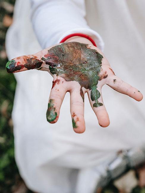 Kuchnia błotna dłoń dziecka