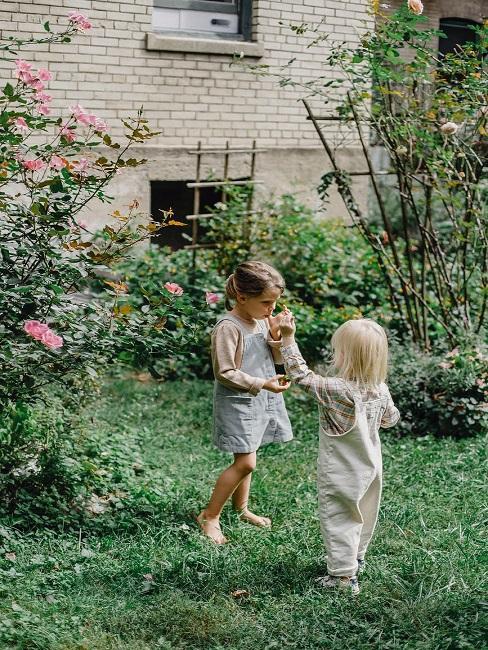 Dzieci bawiące się w ogrodzie