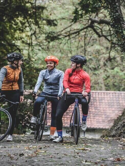 Grupa przyjaciół na rowerach