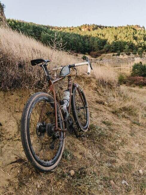 Rower stojący na polu
