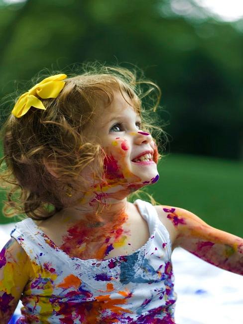 Dziecko pomalowane farbami