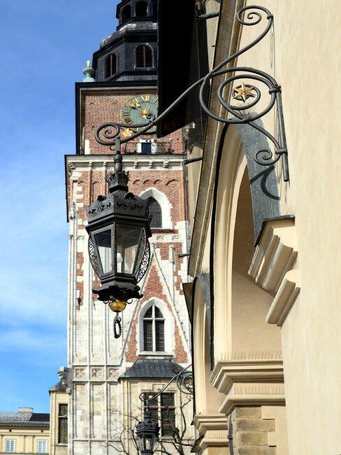Fasada budynku i wisząca lampa