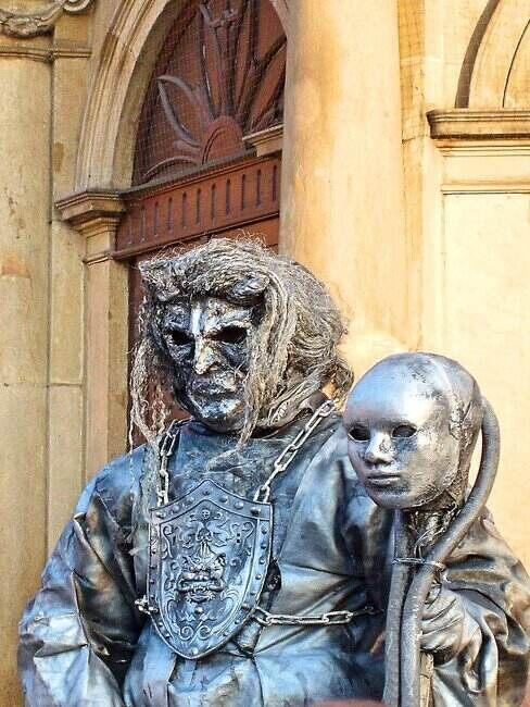 Rzeźba z maską