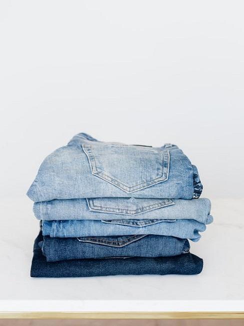 Jeansy ułożone w stos