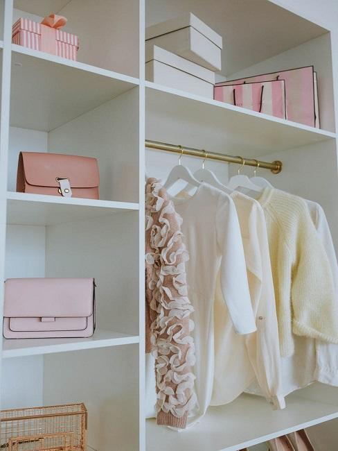 Otwarta garderoba w sypialni