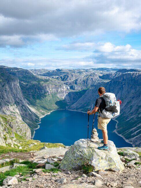 Mężczyzna spacerujący po górach