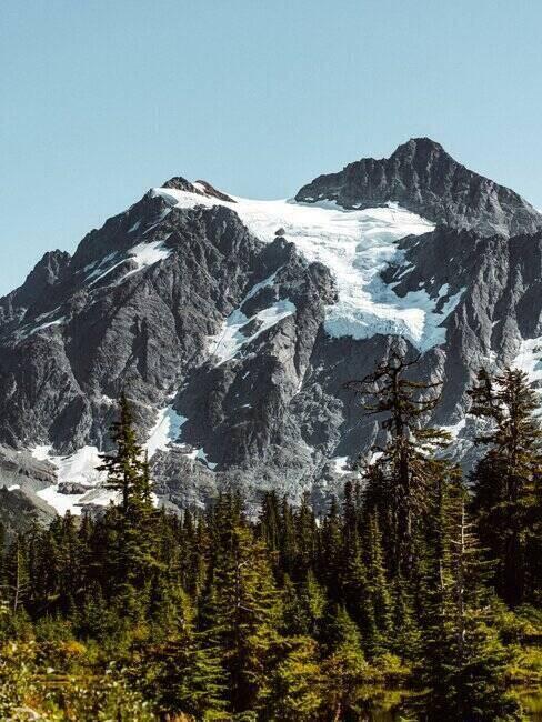 Widok na ośnieżone szczyty górskie