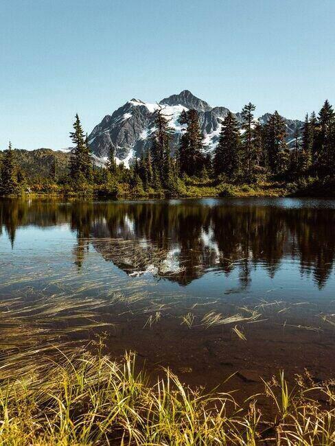 Pasmo szczytów górskich otoczone wodą