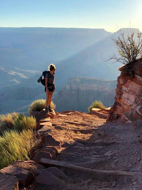 Kobieta spacerująca szlakiem górskim