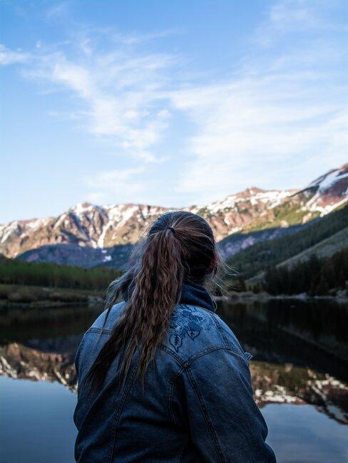 Kobieta patrząca na góry w oddali