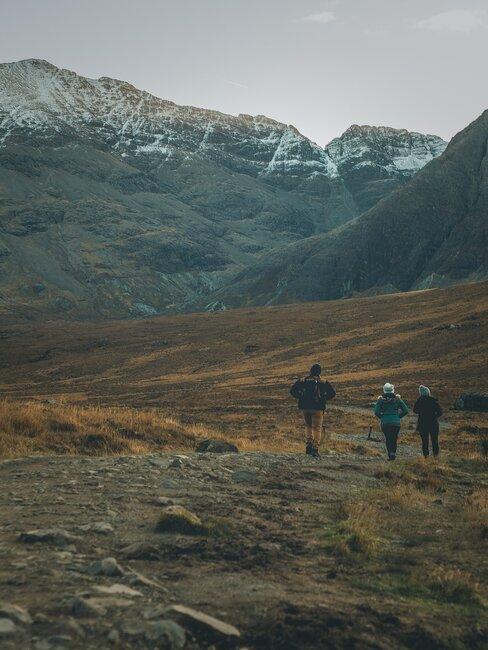 Ludzie spacerujący w górach