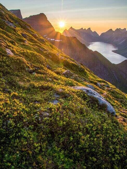Góry oświetlone zachodzącym słońcem