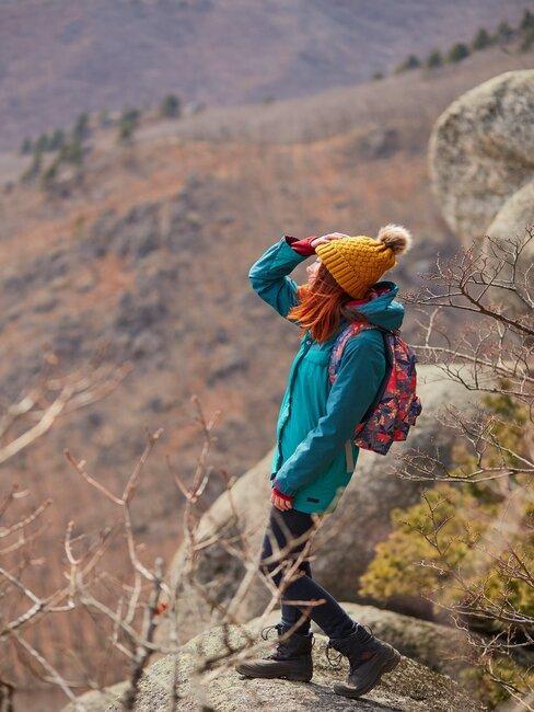 Kobieta patrząca w przestrzeń, otoczenie gór