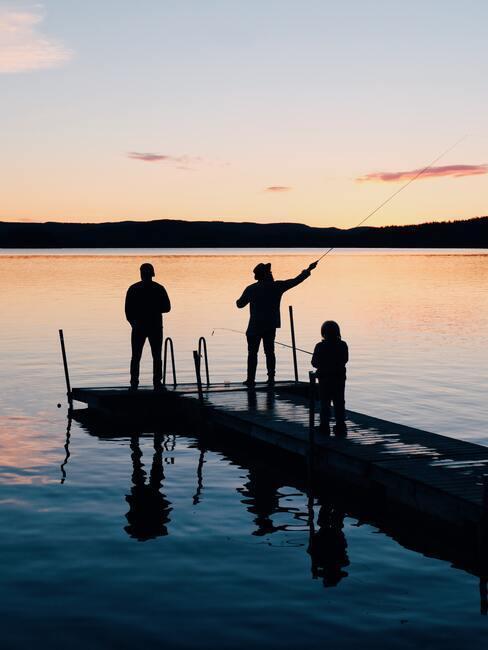 Ludzie na moście na jeziorze