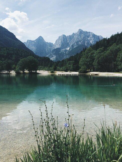 Jezioro w otoczeniu gór