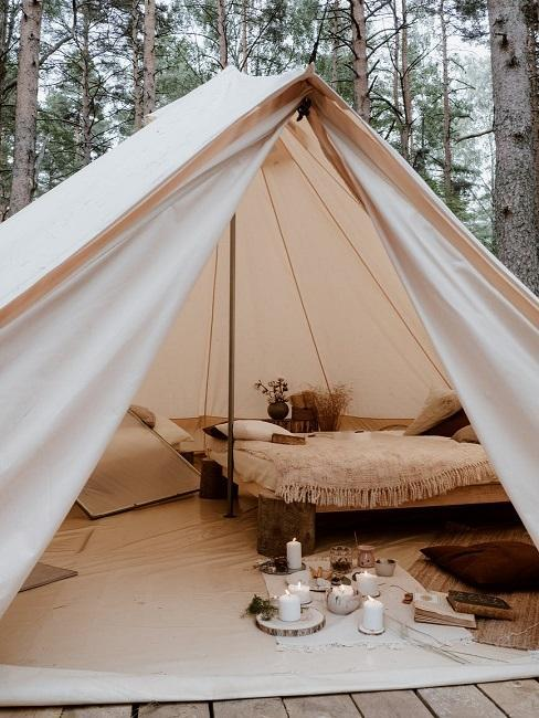 Płócienny namiot z drewnianym łóżkiem w środku