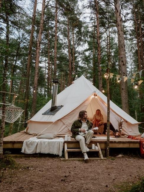 Para siedząca przed luksusowym namiotem