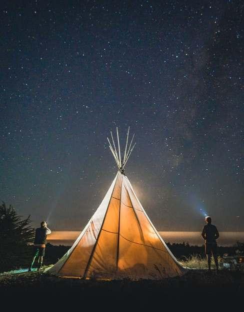 Rozświetlony namiot nocą