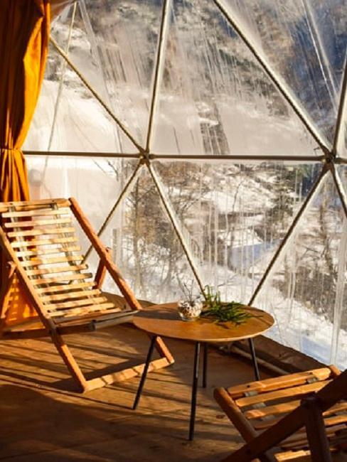 Wnętrze domku na drzewie, stolik i krzesła
