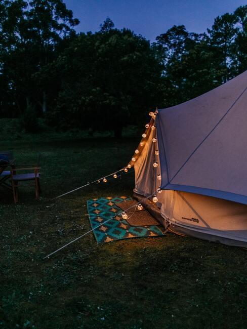 Namiot nocą, ozdobiony małymi lampkami